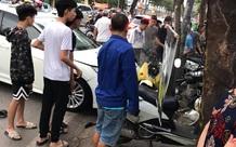 """Hà Nội: Kinh hoàng ô tô """"điên"""" mất lái hất văng người đi xe máy vào nhà dân ven đường"""