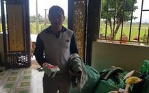 Phát hiện 2 chỉ vàng trong quần áo cứu trợ, người đàn ông nghèo vùng lũ xin trả lại