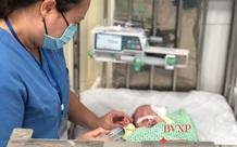 Hà Nội: Bé trai 4 tháng tuổi đa dị tật, suy hô hấp bị bỏ rơi trước cổng chùa kèm thư tay của người mẹ