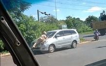 """Cảnh sát giao thông có nên """"lao ra"""" đường chặn, xử phạt xe?"""