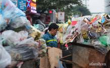 Hà Nội: Công nhân môi trường được trả lương, rác chất thành đống 2 bên đường Yên Phụ bắt đầu được giải tỏa