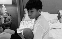 Hình ảnh Subeo bế em gái giúp mẹ Hà Hồ được chia sẻ, khoảnh khắc này nhìn cậu nhóc vô cùng đáng yêu