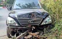 Hà Nội: Xe sang Lexus mất lái tông gãy cây bên đường, nhiều người đi đường hú vía