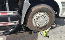 Xe tải ôm cua cán nát xe máy rồi kéo lê, cô gái trẻ bị gãy chân gào khóc trong đau đớn