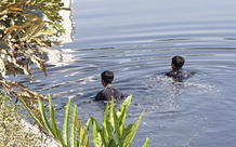 TP.HCM: Người đàn ông leo ra lan can nhảy xuống dòng nước kênh Tàu Hủ đen ngòm rồi mất tích