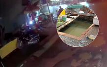 """TP.HCM: Đang đi, nam thanh niên cùng xe máy bất ngờ lọt xuống hố """"khổng lồ"""" trên vỉa hè"""
