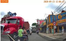"""Hà Nội: 3 thanh thiếu niên chạy xe máy biển giả cầm """"phóng lợn"""" dài hơn 2m đi khiêu chiến ở trường cấp 2"""