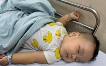 Ngay sau khi được bố bế lên lắc lắc chơi đùa, bé trai bị nôn ói phải đi viện cấp cứu gấp vì lồng ruột