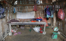 Vụ sập cổng trường ở Lào Cai: Cặp vợ chồng trẻ 2 năm mất 2 con gái, nhà tranh vách đất xiêu vẹo đìu hiu trong đám tang không phông bạt