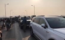 """Hà Nội: 5 xe ô tô """"dồn toa"""" liên hoàn trên cầu Vĩnh Tuy, dòng phương tiện ùn tắc kéo dài"""