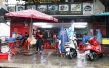 Hàng quán được phục vụ tại chỗ, người Đà Nẵng đội mưa ăn sáng, uống cà phê