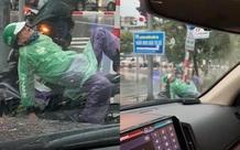Hình ảnh bác xe ôm ngủ say giữa trời mưa gió khiến cư dân mạng xót xa