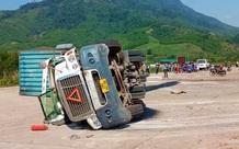 Xe container bất ngờ bị lật, đè 2 người đi xe máy tử vong thương tâm
