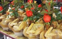 """Gà ngậm hoa hồng đắt khách tại """"chợ nhà giàu"""" Hà Nội ngày Rằm tháng Giêng"""