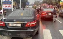 """Vụ 2 xe Mercedes cùng đời trùng biển số """"hội ngộ"""" trên đường phố Hà Nội: Có thể bị truy cứu hình sự tội sử dụng biển số giả"""