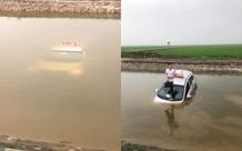 Taxi không rõ nguyên nhân nằm chìm dưới mương nước, tài xế loay hoay đạp cửa thoát ra ngoài