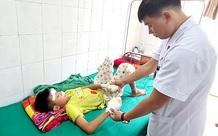 Bệnh nhi 13 tuổi bị rách giác mạc, dập nát hai bàn tay do  tự đấu nối nhiều cục pin lại với nhau dẫn đến phát nổ