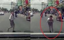 Được ô tô dừng xe nhường đường, cậu bé đã có hành động khiến dân mạng dành nhiều lời khen