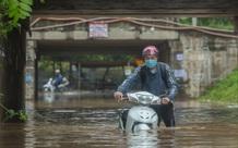 Đại lộ Thăng Long ngập sâu, nhiều phương tiện chết máy