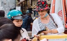 Ảnh, clip: Gặp cô Tây xinh đẹp bán bánh kem dạo mưu sinh trên đường phố Sài Gòn