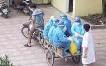 Xúc động hình ảnh những bác sĩ tuyến đầu chống dịch áo mũ kín mít, ngồi xe kéo thô sơ đi làm nhiệm vụ