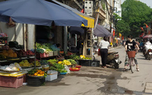 Chợ cóc vẫn hoạt động rầm rộ sau khi Hà Nội ban hành lệnh cấm để chống dịch COVID-19