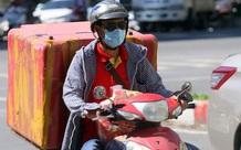 """Hà Nội: Nắng nóng đỉnh điểm khiến nhân viên giao hàng """"bở hơi tai"""" mưu sinh ngoài đường"""