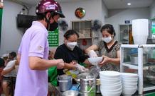 Hàng ăn sáng ở Hà Nội đông đúc, người dân xếp hàng chờ được ăn phở tại quán
