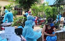 Đội tiêm ngừa vaccine COVID-19 lưu động cho người dân khu vực phong tỏa