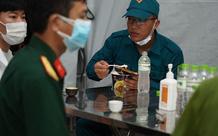 Chiến sĩ chốt kiểm soát ăn mì chống đói, động viên nhau chống dịch lúc nửa đêm