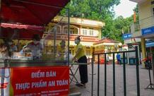 Bên trong điểm bán hàng lưu động mở ngay giữa sân trường ở Hà Nội