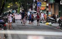 Ảnh: Trẻ em Hà Nội ở vùng ít nguy cơ hớn hở khi được ra ngoài chơi sau thời gian dài ở nhà chống dịch