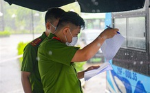 Hà Nội: Công an đội mưa đón 100 công dân ở Thanh Xuân Trung cách ly trở về