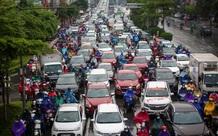 Dòng xe ùn dài từ đường trên cao xuống mặt đất ở Hà Nội