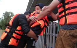 """Quảng Bình: Xúc động hình ảnh thành viên đoàn cứu trợ lội nước ngập ngang người, cõng 2 bé trai tại """"rốn lũ"""" Quảng Ninh đến nơi an toàn"""