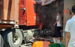 Xe container lùa nhiều xe máy, lao vào nhà dân khiến 1 người tử vong
