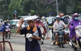 Hà Nội nắng nóng cả ngày đến chiều tối lại đổ mưa dông, người dân vất vả đội mưa nhích từng chút một vượt tắc đường về nhà