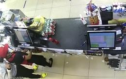 Clip nữ nhân viên cửa hàng tiện lợi bị thanh niên kề dao cướp táo tợn lúc rạng sáng ở Sài Gòn