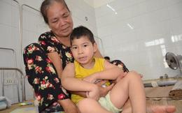 Bà ngoại nghèo khó ngậm ngùi xin đưa cháu bại não rời viện vì không có tiền