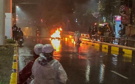 Hà Nội: Ô tô tông xe máy bốc cháy giữa hầm chui Thanh Xuân rồi bỏ chạy