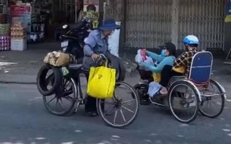 Vừa nhận quà hỗ trợ mùa dịch, chị gái khuyết tật đã làm một hành động với người qua đường khiến ai nấy rưng rưng