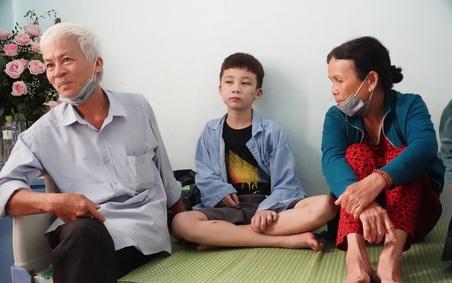 """Người thân bé trai 14 tuổi bị nữ chủ quán bánh xèo ở Bắc Ninh """"tra tấn"""" đã tới bệnh viện chăm sóc cháu"""