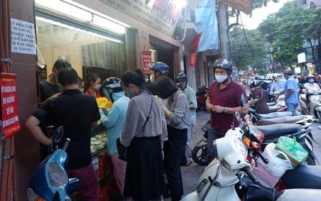 Đều như vắt chanh, năm nào người Hà Nội cũng nô nức xếp hàng mua bánh Trung thu truyền thống