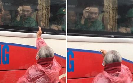 Xúc động clip người bà tóc bạc trắng mặc áo mưa, cố với theo ô tô để đưa chút tiền cho cháu trong ngày nhập ngũ