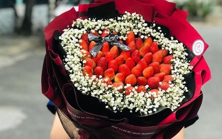"""""""Bỏng tay"""" với bó hoa dâu tây siêu lạ, ngắm đẹp, ăn ngon dịp 8/3"""