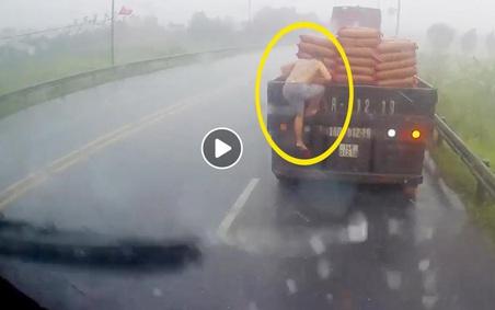 """Tài xế xe đầu kéo nhận """"bão like"""" sau hành động bất ngờ giữa trời mưa tầm tã"""