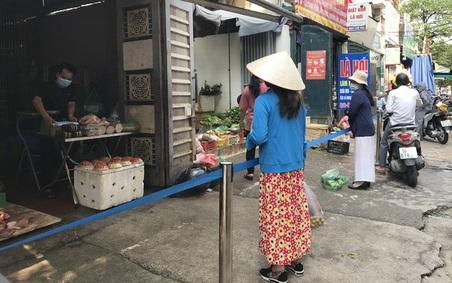 Hà Nội ngày đầu giãn cách: Chợ đông nghịt, hàng hóa dồi dào, giá ổn định